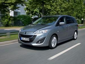 Новая Mazda 5 сдаёт экзамен на дороге